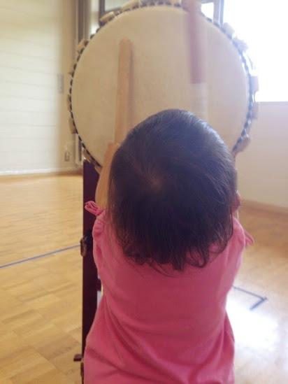 太鼓をたたく娘の画像