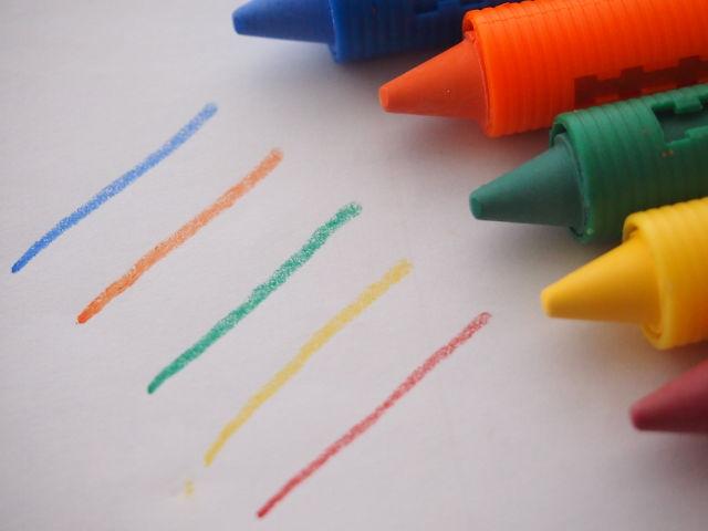 クレヨンで画用紙に線を引いてみた写真