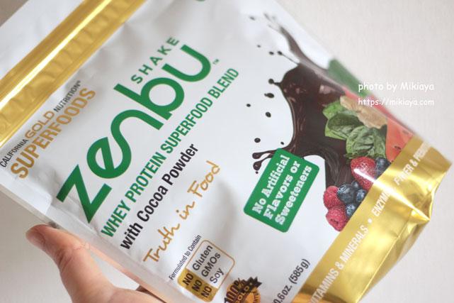 California Gold Nutrition, Zenbu Shakeを手に持った画像