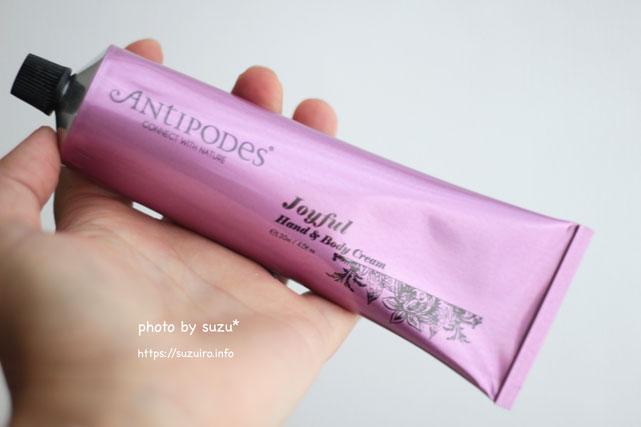Antipodes Joyful Hand and Body Cream 120mlを手に持った画像